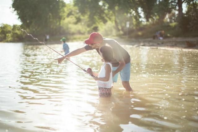 1-Padre-ensenando-a-su-hija-a-pescar640-(1).jpg